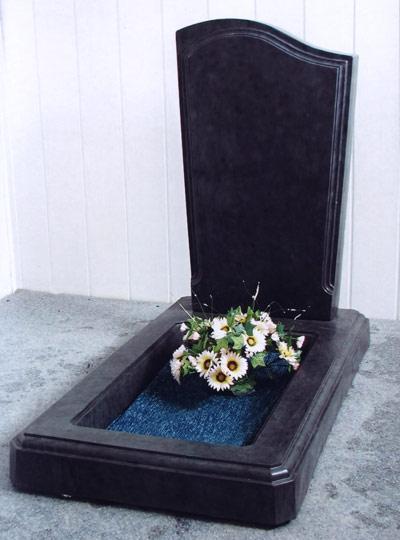 Памятники, цветники, надгробные плиты.