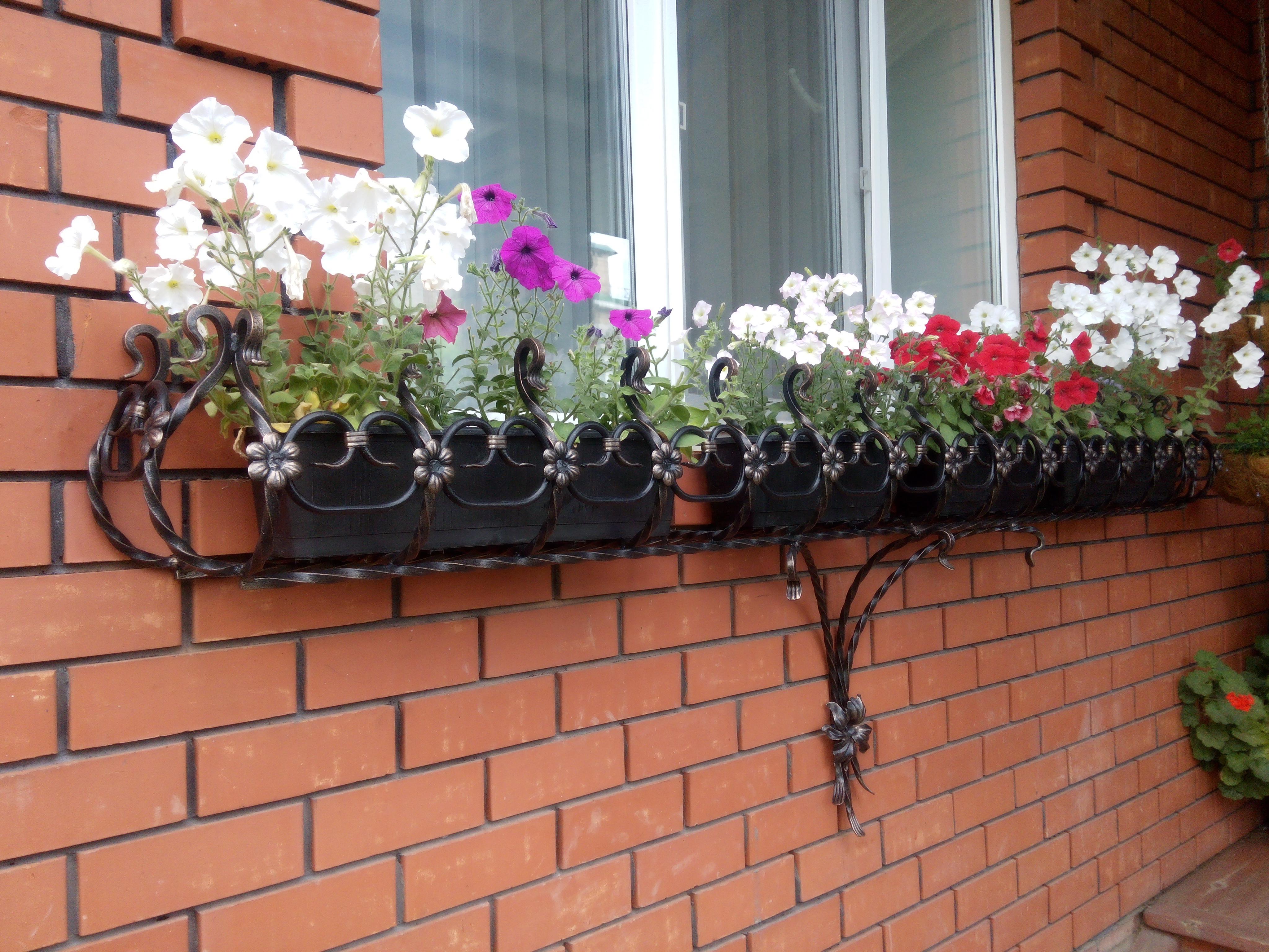 кованные подставки для цветов под окно