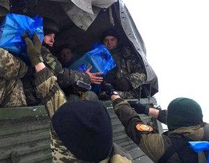 Украинские военные провели ротацию солдат в аэропорту.