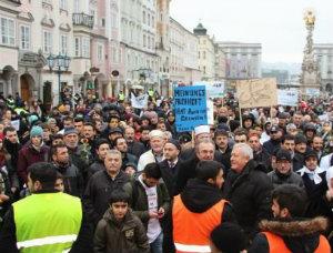 Австрийская полиция разгоняет антифашистов