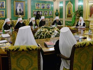 Духовные деятели РПЦ собрались на заседании Священного Синода в столице России.